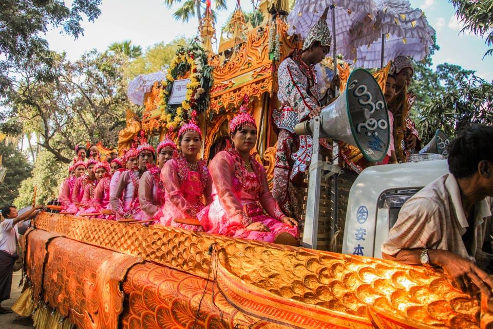 Niecodzienny festyn w Birmie